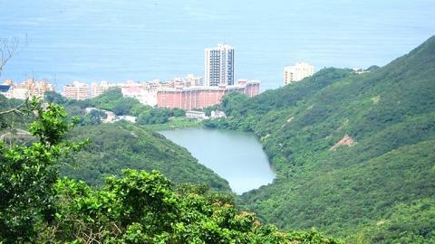 港島徑第一段遠望薄扶林水塘及碧瑤灣海景。