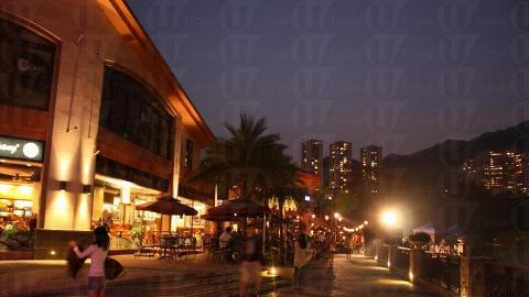 愉景灣 D-Deck 的海邊餐廳,充斥熱鬧和浪漫氣氛。