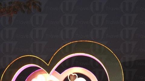 行程當晚,在 D-Deck 的入口旁擺放了一心形的舞台,吸引不少情侶拍照。