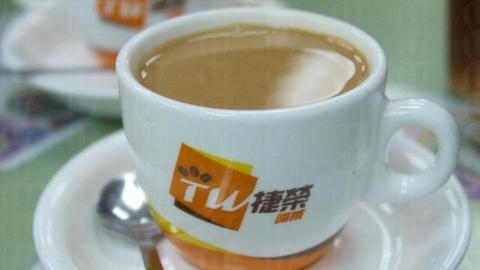 老闆說奶茶除了茶葉與奶的配搭得宜之餘,「撞茶」的時間和溫度控制均很重要。( 孫靜雯攝 )