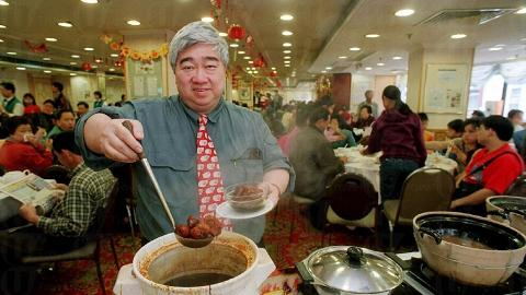 食神「韜韜」梁文滔身為大榮華老闆常常坐鎮總店,與食客大談美食之道。( 相片來源:香港經濟日報 )