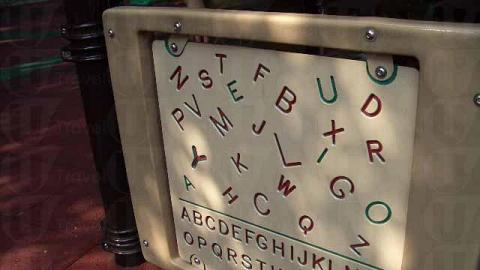 公園設置英文字母版之類有教育用途的遊戲設施。