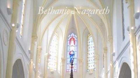 神聖光芒反射於正祭台、聖體攔及祭衣門,讓情侶接受神的祝福。