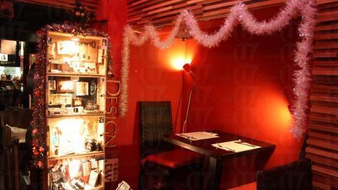 用紅酒櫃造的飾櫃放滿了台灣手作達人的飾物寄賣,款式特別,絕對值得推介。(關璇攝)