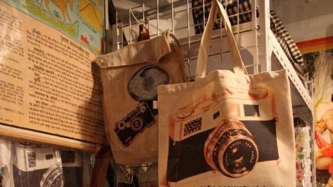 店內最受歡迎的就是自家製作相機袋。(關璇攝)