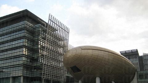 巨蛋(科學園的會議中心) ,若在巨蛋前跳躍,再進行定鏡拍攝,猶如 Fly Away 於天空之中。