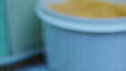 店員服侍周到,預先把一大碗黃糖端在檯前讓食客自行配搭。