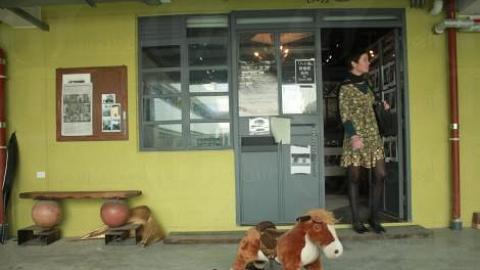 「失焦」門外,隨意的木馬與外籍參觀者形成一幅有趣的畫面。(關璇攝)