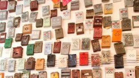 整幅牆都是鐵皮信箱,Vintage 得很。