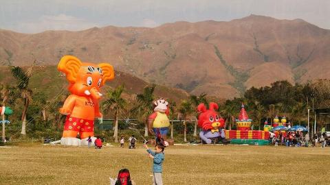 在風和日麗的日子下,小朋友在大草地放風箏!
