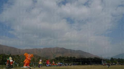 俱樂部的周圍群山環立,放眼望向開揚的大草地實是舒服!