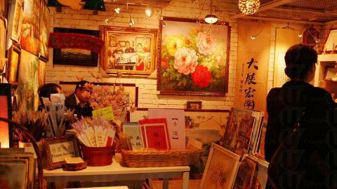 紅磚屋有店舖專售掛牆畫。