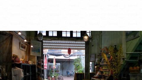 甫進店內,各個櫃子擺賣著不同特色的東西,由手飾、唱片、竹造棚屋模型、民間手作剪貼不等。