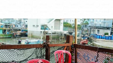 食客可選擇坐在露天棚屋,一邊看著大澳美景,一邊吃飯。
