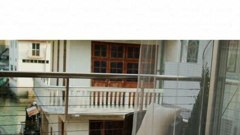 在deluxe room 的小露台可遠望棚屋風景。