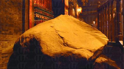 廟內擺放著原始巨石,相當突出。