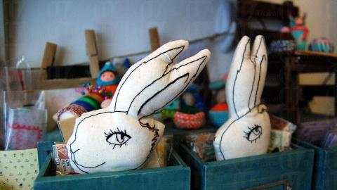 小店內琳瑯滿目,擺放著上百件針織公仔、手作小物等原創精緻飾物。