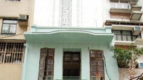同為「戰前唐樓」的施弼街 8 號有綠色騎樓,兼具中西建築特色。