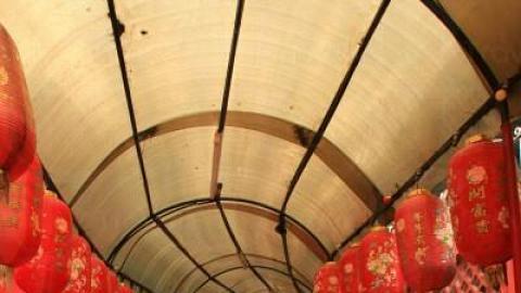 通往龍華酒店的通道掛滿紅燈籠,時光倒流味極濃。