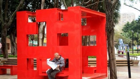 何周禮的作品《紅盒子》代表了人和大自然之間的結合及和諧。