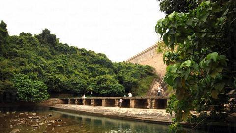 壩下的磚砌小橋與湖水相對照,景致優美。