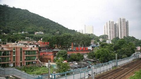 現在的龍華座落於火車軌旁,被村屋包圍著。