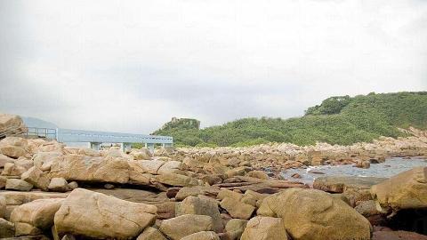藍色的情人橋連結起石澳後灘與大頭洲。