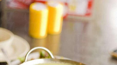 青咖喱雞肉煲( $68 )以原個瓦爐上枱,吃多久也不怕放涼。