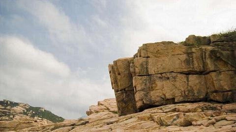 花崗石經億年侵蝕,形態各異,這些巨石像人手砌成的工整立方塊。
