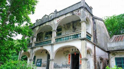 近 80 年樓齡的啟才學校,現在變成拜關公的協天宮。