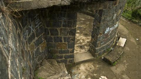 走在廢堡的半截斷梯上,要留神安全。