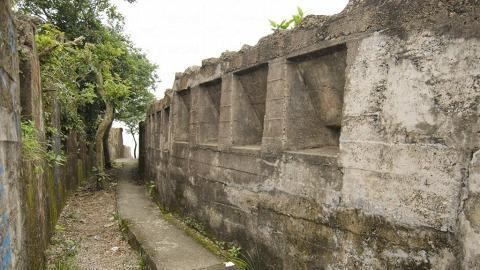 這短短一條戰壕,當年曾是英軍擊退日軍的煙硝地。