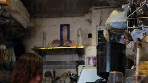 別輕看這位 Barista  ,調配咖啡起來也是一板一眼。