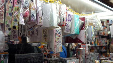 玩具太多,老闆想盡辦法把最多的玩具擠在店裡。