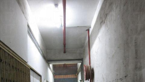 穿過工廠大廈的走廊,便到達感覺截然不同的畫廊。