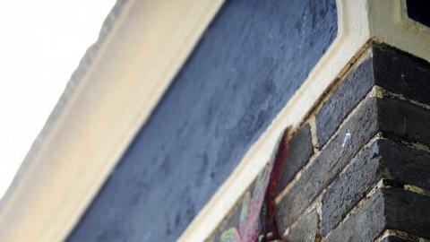 經復修後,簷下陶瓷也重現色彩。