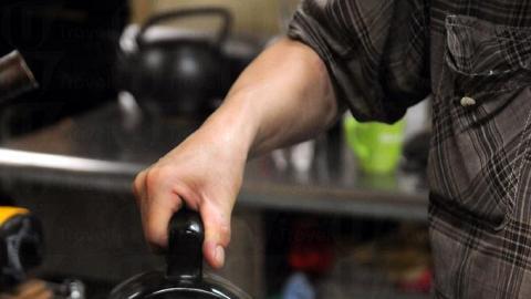 老闆沖製鴛鴦秘方與眾不同,用瓦煲將咖啡與奶茶一同煮,配合不同溫度,煮出甘味單寧酸。