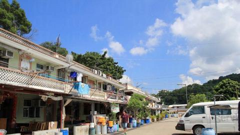 漁民新村內大多都都是兩層樓的村屋,居民生活十分悠閒。