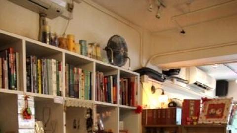 書店同時寄賣了不少手作的作品,當中包括有飾物、T 恤等。