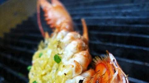 把中蝦開邊,再塗上蒜蓉醬油燒,蝦肉嫩而多汁。