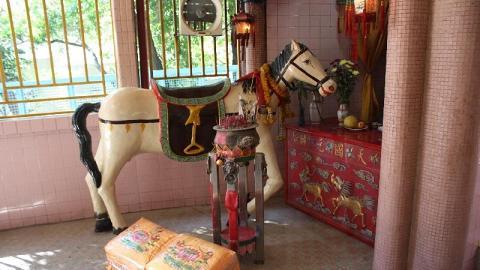 廟內的雕像各具特色,這尊白馬雕像便是其中之一。