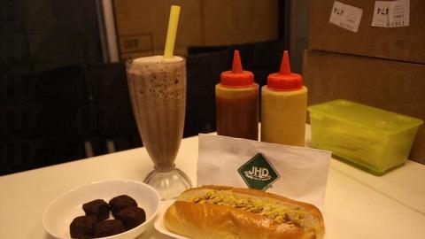 熱狗套餐最受歡迎,可選熱狗、小食和飲品各一,盛惠 $35 。