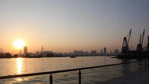 巨型「鹹蛋黃」加上 270 度無敵海景,浪漫程度爆燈。