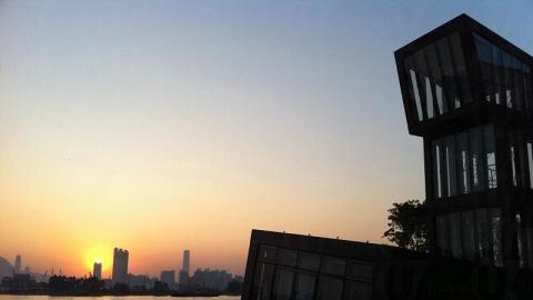 夕陽斜照下,天空就像雞尾酒一般色彩艷麗、層次分明。