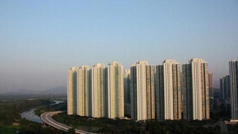 左方屋邨是天恆邨,而右方則為天澤邨,上山前先要經過右下方的天橋。