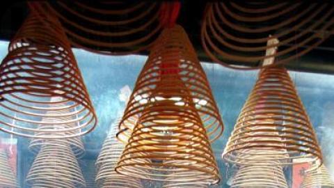 天后廟中掛滿了香港寺廟中尚見的線香。(相片來源︰香港經濟日報)