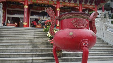 仙館內的兜率宮建築宏偉莊嚴,香燭處處,近年亦成為龍友「打龍」的好地方。