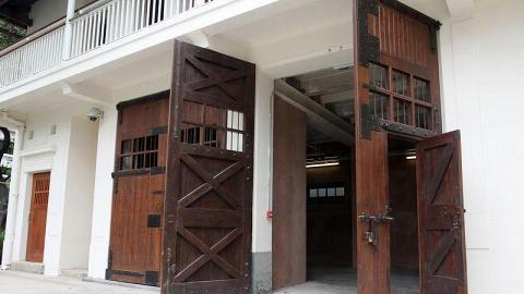 舊時的馬廐,古舊木門依然保存完好。