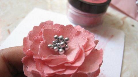市集設工作坊教大家製作布藝牡丹花,更可製成髮夾。