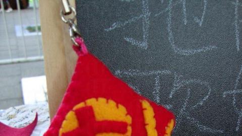 利用不織布手縫製作的「福到年年電話繩」。